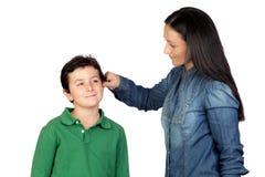Sirva de madre a tirar el oído de su niño para ser travieso Fotografía de archivo