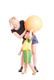 Sirva de madre y su hijo con una bola de la aptitud en su ha Foto de archivo