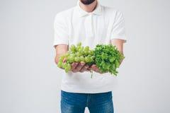 Sirva detener las ensaladas y la uva, cierre Concepto En blanco Fotografía de archivo libre de regalías