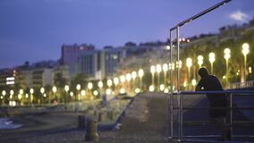Sirva disfrutar de la opinión de la ciudad de balneario iluminada, ejercicio de la noche de la gente almacen de metraje de vídeo