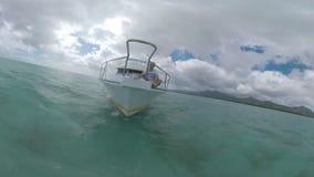 Sirva disfrutar de viaje de agua en yate en el océano cerca de Mauricio almacen de metraje de vídeo