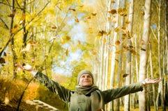 Sirva divertirse el lanzar para arriba de pilas de hojas. Fotos de archivo
