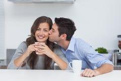Sirva el abarcamiento de la esposa que está sosteniendo una taza de café Imagen de archivo libre de regalías