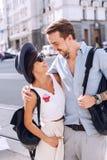 Sirva el abarcamiento de la mujer en sombrero en la calle Fotos de archivo libres de regalías