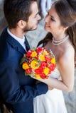 Sirva el abarcamiento de su esposa en el día de boda Fotos de archivo libres de regalías