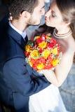 Sirva el abarcamiento de su esposa en el día de boda Foto de archivo