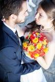Sirva el abarcamiento de su esposa en el día de boda Foto de archivo libre de regalías