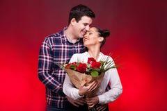 Sirva el abarcamiento de su esposa y besarla en la frente mientras que ella Foto de archivo libre de regalías