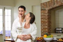 Sirva el abarcamiento mientras que fresa de alimentación de la mujer a él Foto de archivo libre de regalías