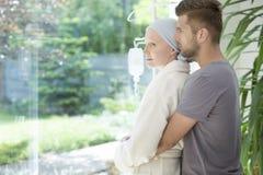 Sirva el abrazo de la novia enferma con el cáncer de pecho durante el tratamiento foto de archivo libre de regalías
