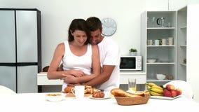 Sirva el abrazo de su esposa antes de que ellos que desayunan metrajes