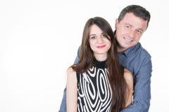 sirva el abrazo de su muchacha de la hija adolescente con amor Foto de archivo libre de regalías