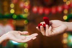 Sirva el actual anillo de la muchacha el día del ` s de la tarjeta del día de San Valentín Foto de archivo libre de regalías