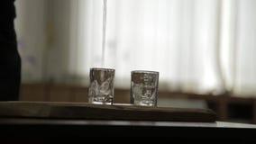 Sirva el alcohol solamente de colada y rápidamente de consumición a partir de dos vidrios alcoholismo y depresión masculinos almacen de video