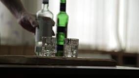 Sirva el alcohol solamente de colada y rápidamente de consumición a partir de dos vidrios alcoholismo y depresión masculinos metrajes