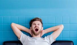 sirva el bostezo e ir dormido en su sala de estar Imágenes de archivo libres de regalías
