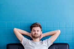 sirva el bostezo e ir dormido en su sala de estar Foto de archivo libre de regalías