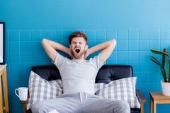 sirva el bostezo e ir dormido en su sala de estar Foto de archivo