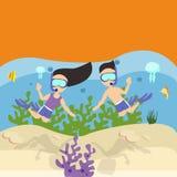 Sirva el buceo con escafandra que bucea de los pares de la mujer debajo del arrecife de coral del mar del agua Fotografía de archivo libre de regalías