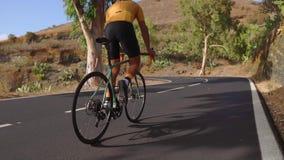 Sirva el ciclo en ejercicio al aire libre de la bici del camino en un camino vacío por la mañana Concepto extremo del deporte Cám almacen de video