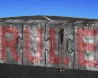 Sirva el cielo rojo de la palabra de la regla del muro de cemento de los rompecabezas de la escalera que sube Foto de archivo libre de regalías