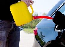 Sirva el combustible de colada en el depósito de gasolina de su coche Fotos de archivo