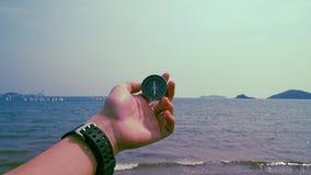 Sirva el compás del control con el mar y la montaña en el fondo fotos de archivo