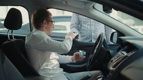 Sirva el conductor que paga el taxi con el teléfono móvil Pago de la tecnología, del camino o de la entrega del combustible de NF almacen de video