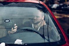 Sirva el conductor que usa el teléfono elegante en el coche, concepto moderno de la comunicación de la tecnología de Internet fotografía de archivo libre de regalías