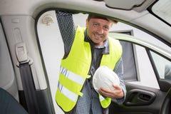Sirva el constructor con el casco blanco en el emplazamiento de la obra Fotografía de archivo libre de regalías