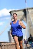 Sirva el corredor que corre en el puente de Brooklyn en Nueva York Imagen de archivo