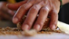Sirva el corte del pan con un cuchillo en la tajadera almacen de video