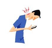 Sirva el daño de su cuello que dobla sobre su teléfono elegante imagen de archivo