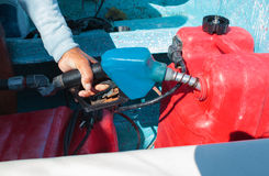 Sirva el depósito de gasolina de un barco de motor antes de viaje Imagen de archivo