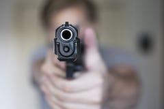 Sirva el dibujo que apunta la arma de mano de la pistolera en autodefensa Imagen de archivo libre de regalías