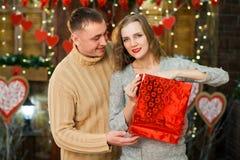 Sirva el donante presente a su mujer el día del ` s de la tarjeta del día de San Valentín Fotografía de archivo libre de regalías