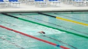 Sirva el entrenamiento antes de nadar la competencia, haciendo arrastre delantero, forma de vida sana metrajes