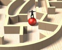 Sirva el equilibrio en bola roja en juego de madera del laberinto Fotografía de archivo libre de regalías
