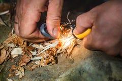 Sirva el fuego llamativo con el pedernal y el acero imagen de archivo libre de regalías