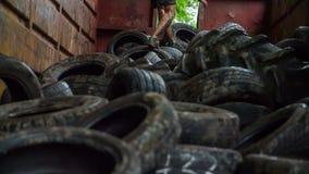 Sirva el funcionamiento a través de los neumáticos como parte de un curso del asalto metrajes