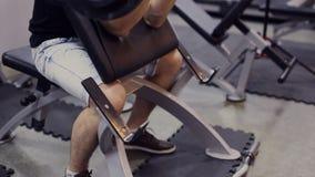 Sirva el gimnasio de trabajo de los brazos, campanas de elevación, cámara lenta almacen de video