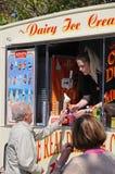 Sirva el helado de compra de una furgoneta del helado Foto de archivo libre de regalías