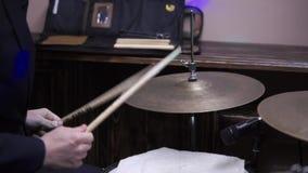 Sirva el instrumento de percusión musical de los juegos con el primer de los palillos en una etapa del concierto, un concepto mus almacen de video