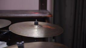 Sirva el instrumento de percusión musical de los juegos con el primer de los palillos en una etapa del concierto, un concepto mus almacen de metraje de vídeo