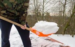 Sirva el invierno limpio del tejado de la nieve de la herramienta de la pala del camuflaje Foto de archivo libre de regalías