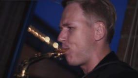 Sirva el juego en el saxofón del oro en partido en club nocturno Rendimiento holidays Música metrajes