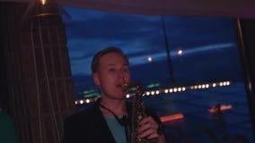 Sirva el juego en el saxofón en partido en club nocturno Músico Artista Holidays almacen de metraje de vídeo