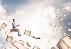 Sirva el libro de lectura y muchos de ellos vuelo en aire imágenes de archivo libres de regalías