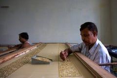 Sirva el Mano-bordado en un taller del comercio justo en Agra Fotos de archivo libres de regalías