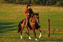 Sirva el montar a caballo en su caballo Fotos de archivo libres de regalías